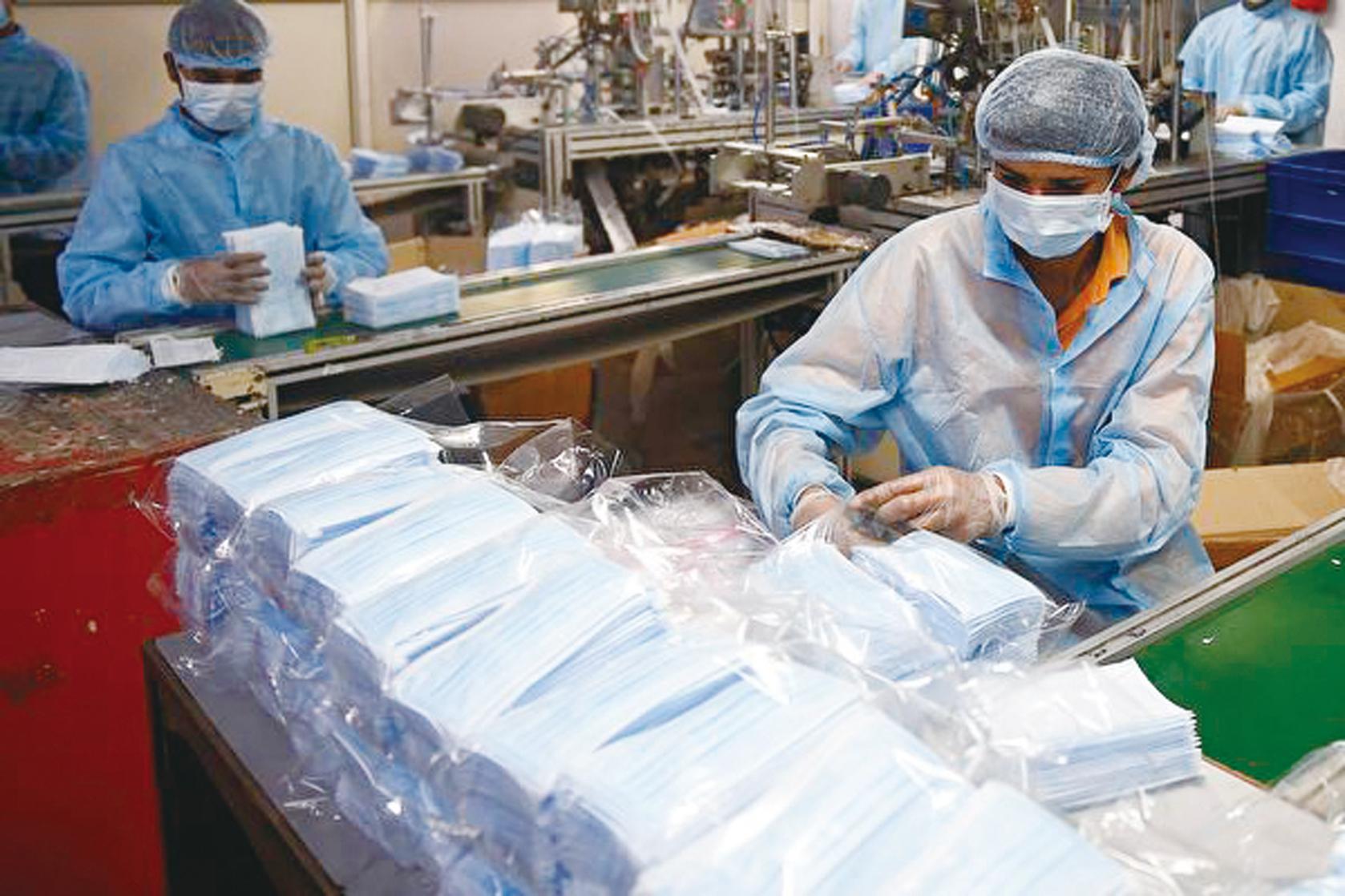 瘟疫重創大陸經濟,商店關門,工廠停工。口罩短缺,很多工廠不能開工。圖為示意圖。 (SAM PANTHAKY/AFP via Getty Images) (Getty Images)
