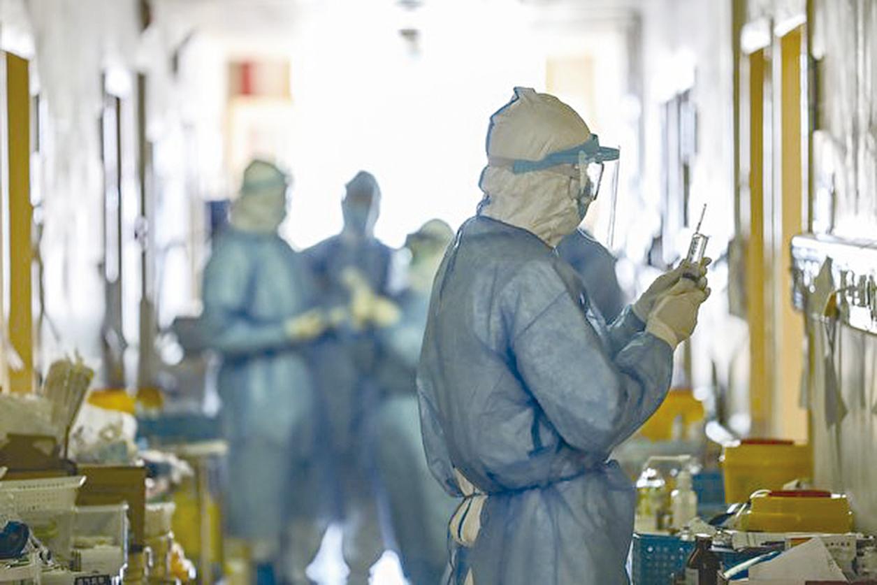 新冠病毒傳染性極強,每天有上千成百的人在感染和死去。圖為武漢紅十字會醫院。 (STR/AFP via Getty Images)