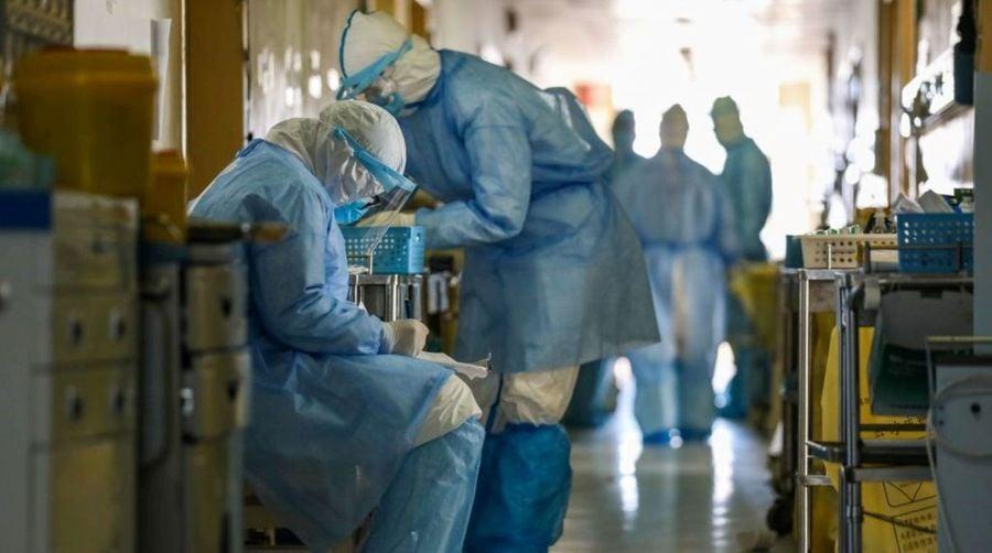 中共近期一再改變中共病毒感染病例的統計方法,近期數據呈現下降趨勢。專家認為,中共玩弄數字將適得其反,更增加外界的質疑,延長各國封鎖措施時間,不利中國經濟的復甦。圖為武漢市紅十字會醫院的醫務人員2020年2月16日在隔離病房工作。(STR/AFP via Getty Images)