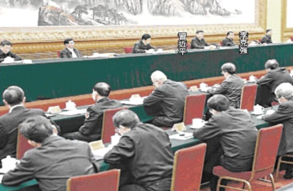 2月23日中共高層開會,七常委均無口罩,台下與會者都著戴口罩。(視頻截圖)
