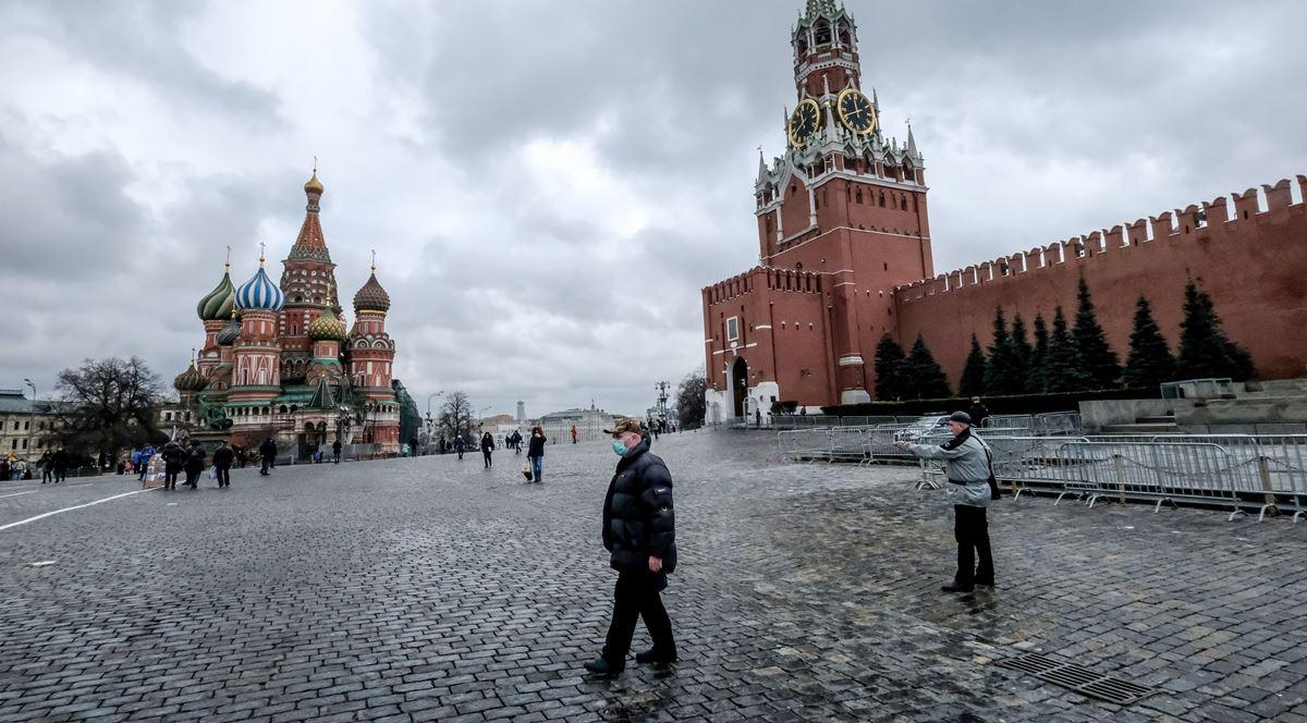 正當中共病毒疫情在中國大陸肆虐並向周邊國家蔓延之際,2020年2月19日一個戴著防護口罩的人在俄羅斯首都莫斯科市中心的紅場上行走。(YURI KADOBNOV/AFP via Getty Images)