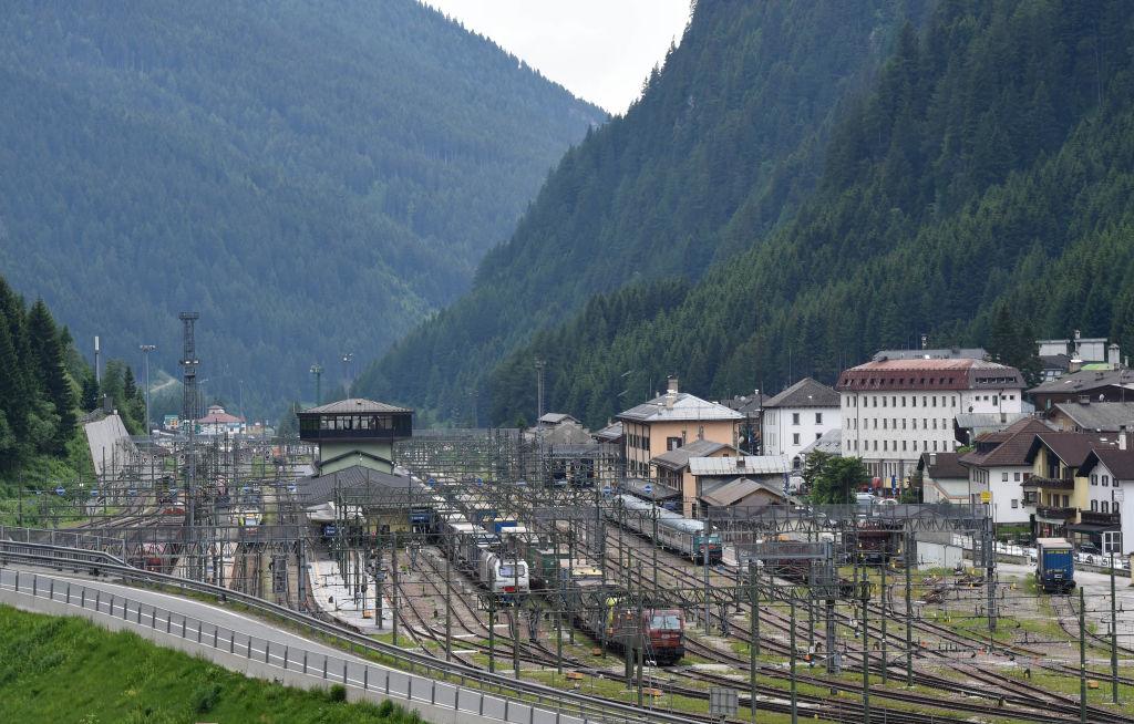 布里納山口(Brenner Pass)是意大利、奧地利和德國間重要且繁忙的客運列車路線。(CHRISTOF STACHE/AFP via Getty Images)