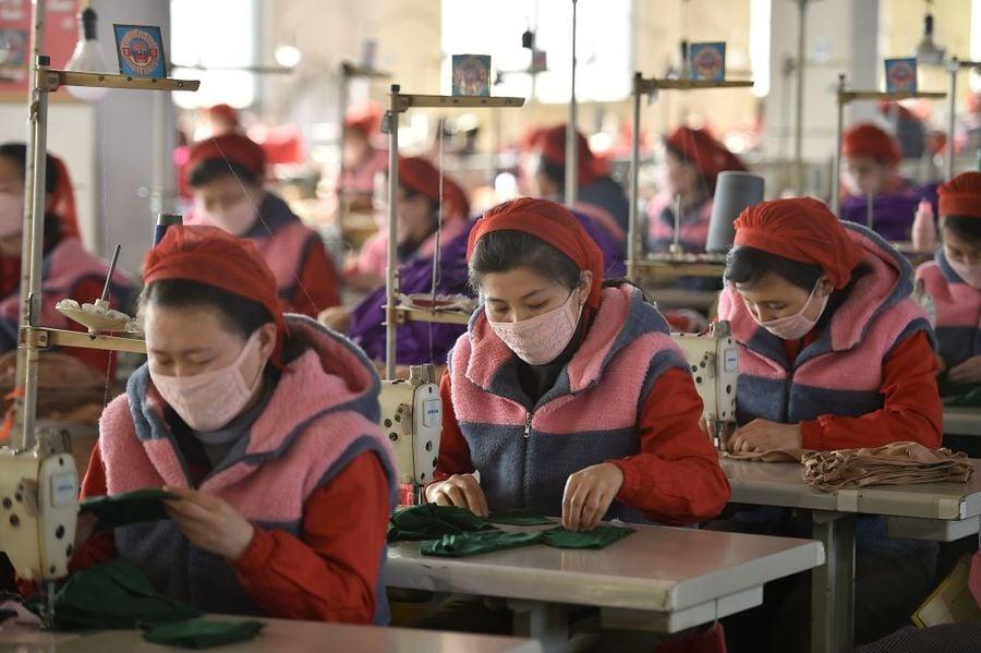 圖為,2020年2月6日,平壤Songyo針織廠的工人生產防中共病毒的口罩。(KIM WON-JIN/AFP via Getty Images)