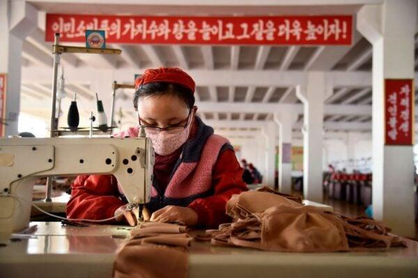 圖為2020年2月6日,平壤Songyo針織廠的工人生產防中共病毒的口罩。(KIM WON-JIN/AFP via Getty Images)