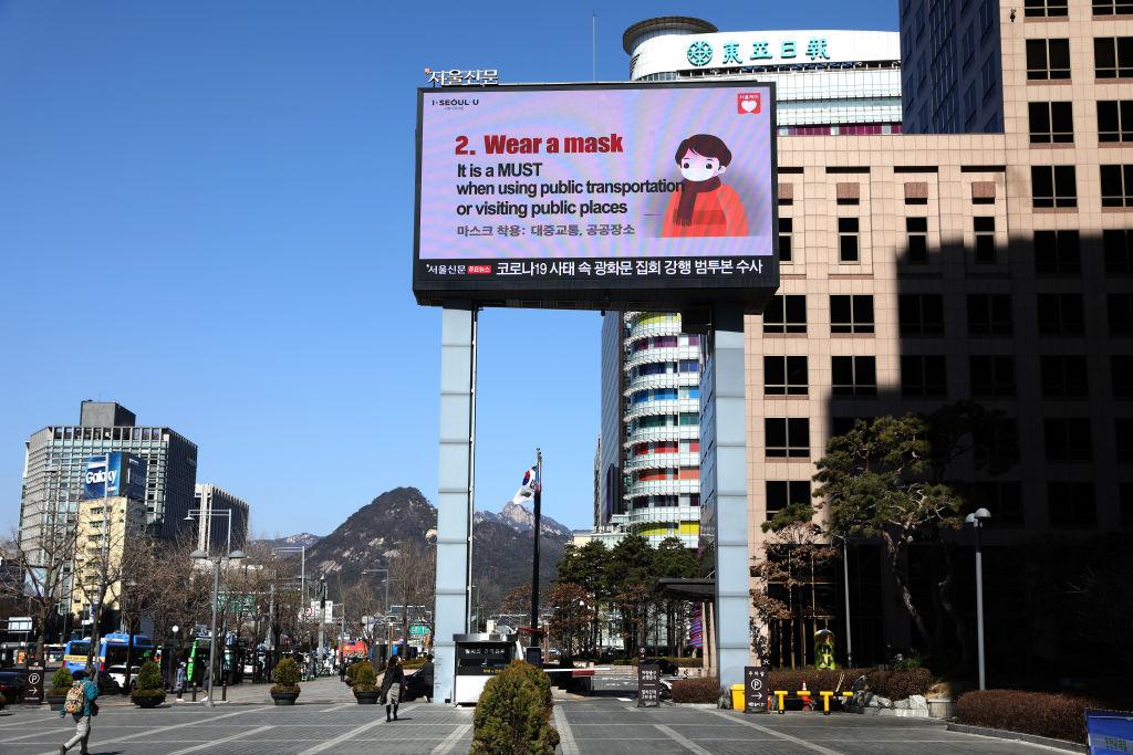 2020年2月23日,南韓首爾市政廳附近,一個巨大的屏幕顯示預防中共病毒(俗稱武漢病毒、新冠病毒)的措施。(Chung Sung-Jun/Getty Images)