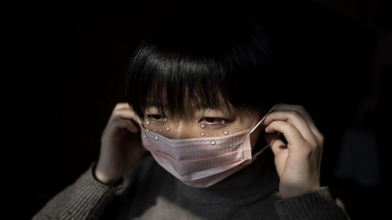一名武漢女子哭訴,她老公兒子被強行拉走隔離,她在家裏斷水而且彈盡糧絕,社區每次就一個字「等」。示意圖(NOEL CELIS/AFP via Getty Images)