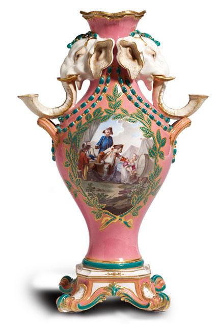 1760年塞夫勒瓷廠Manufacture nationale de Sèvres, 生產的龐巴度玫瑰紅色帶燭台的大象花瓶。 (Wikimedia Commons)