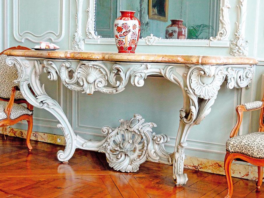 在比利亞羅索莊園中的路易十五風格台子(Pierre Poschadel/ Wikimedia Commons)