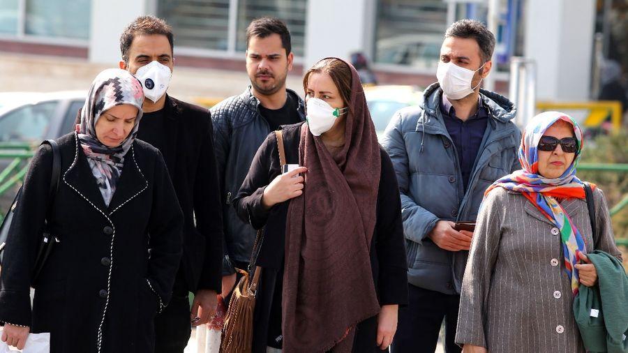 2月22日,伊朗首都德黑蘭街頭面戴口罩的民眾。(ATTA KENARE/AFP via Getty Images)