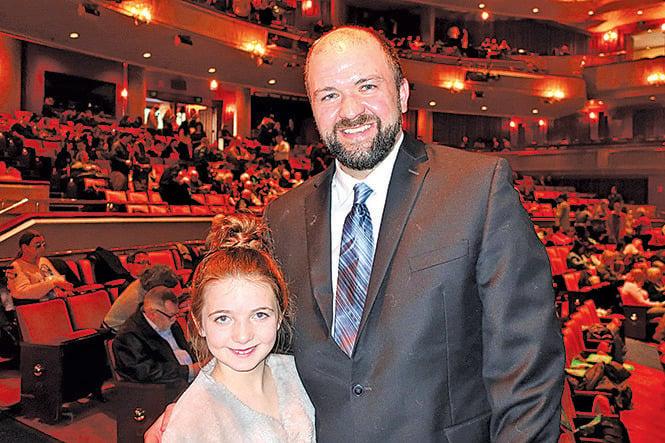 電台節目製作人暨主持人Steve LaTart和女兒。(唐明鏡/大紀元)