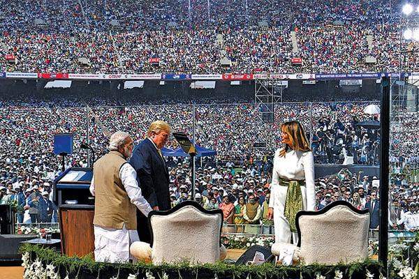 印度民眾12萬5千人,在印度西部的大型板球體育館,歡迎美國總統特朗普夫婦。(中央社)