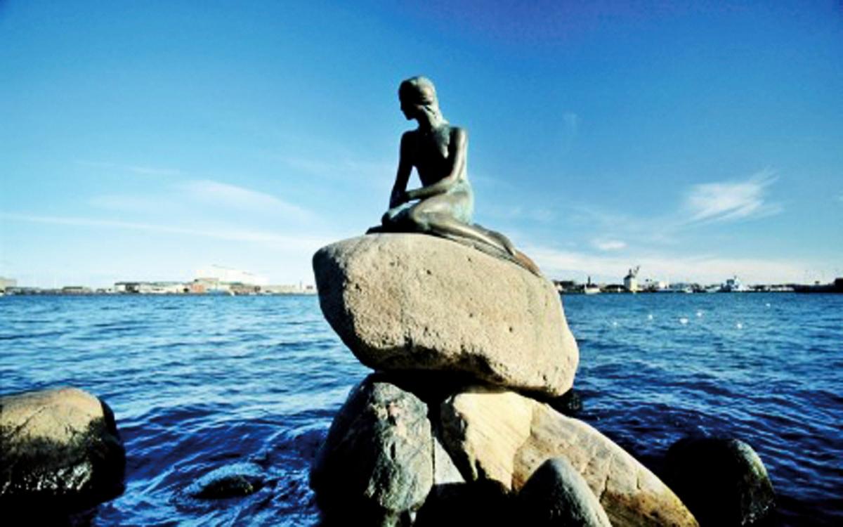 位於哥本哈根丘吉爾公園(Churchill Park)港口岩石上的美人魚銅像。(網絡圖片)