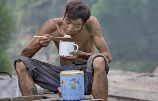 疫情下的農民工處境滿含辛酸——經濟困境,飽受歧視。圖為大陸農民工特寫。(大紀元資料室)