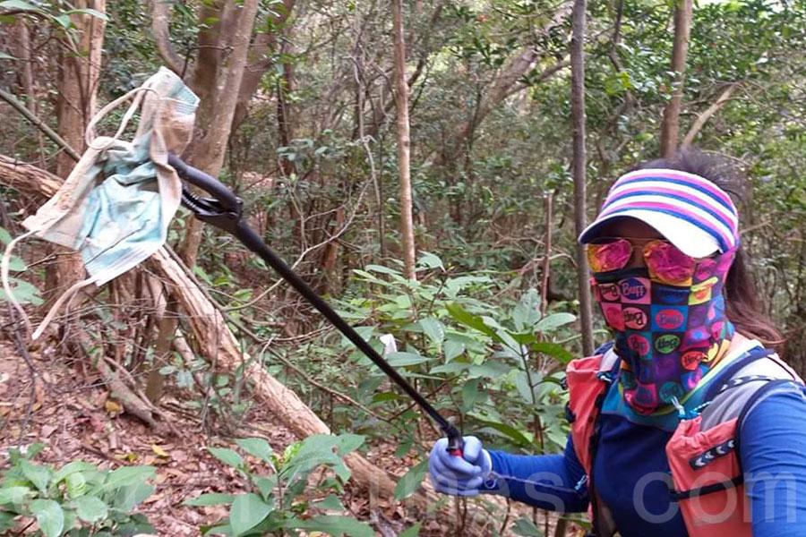 「海洋拾荒者」Kitti在2月25日自發到獅子山清潔山徑。(海洋拾荒者Kitti提供)