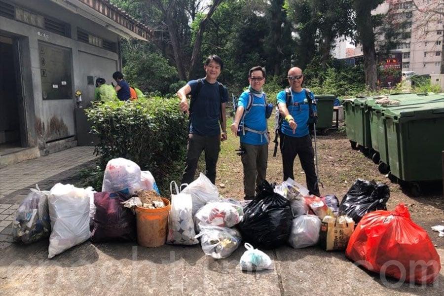 「清徑先鋒」在2月25日清潔山徑行動中,在獅子山一帶拾獲30公斤垃圾及14個口罩。(清徑先鋒提供)