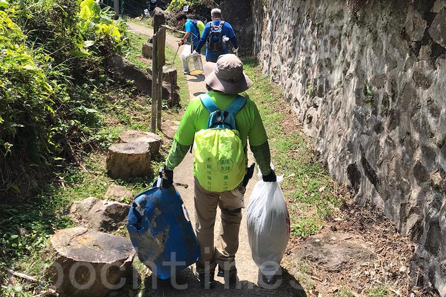 「清徑先鋒」在2月23日清潔山徑行動中,在川龍一帶拾獲62公斤垃圾及35個口罩。(清徑先鋒提供)