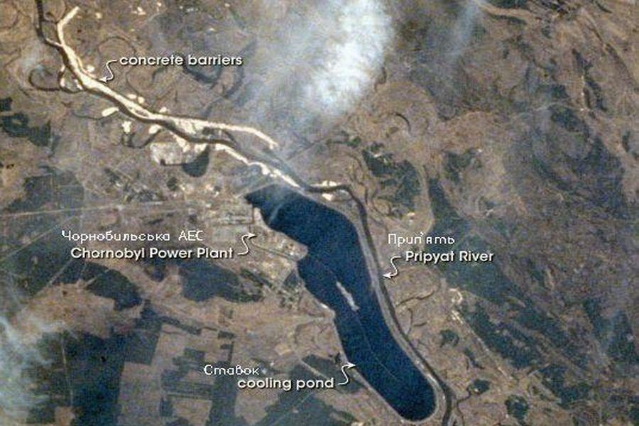 切爾諾貝利核電廠及周邊地區的空照圖,核電廠旁邊為冷卻池,冷卻池南方為切爾諾貝利市中心。(Blast furnace chip worker/Wikimedia commons)
