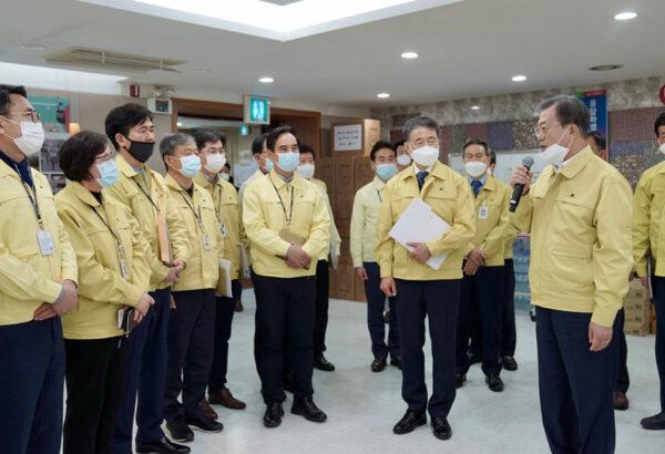 2020年2月25日,南韓總統文在寅訪問武漢肺炎疫情嚴重的大邱市,在市政廳狀況室主持大邱地區特別對策會議。(South Korean Presidential Blue House via Getty Images)