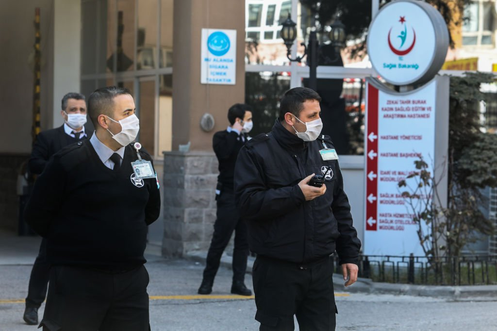 2020年2月25日,土耳其安卡拉身穿防護裝備的衛生人員,等待抵達從德黑蘭起飛的土耳其航空公司飛機的乘客和機組人員,準備將這些人送往醫院進行為期14天的隔離。(Getty Images)