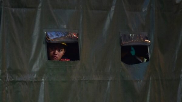 一名北韓獄警持槍帶女囚摸黑偷渡偷渡圖們江,成功經中國逃亡。示意圖(Carl Court/Getty Images)