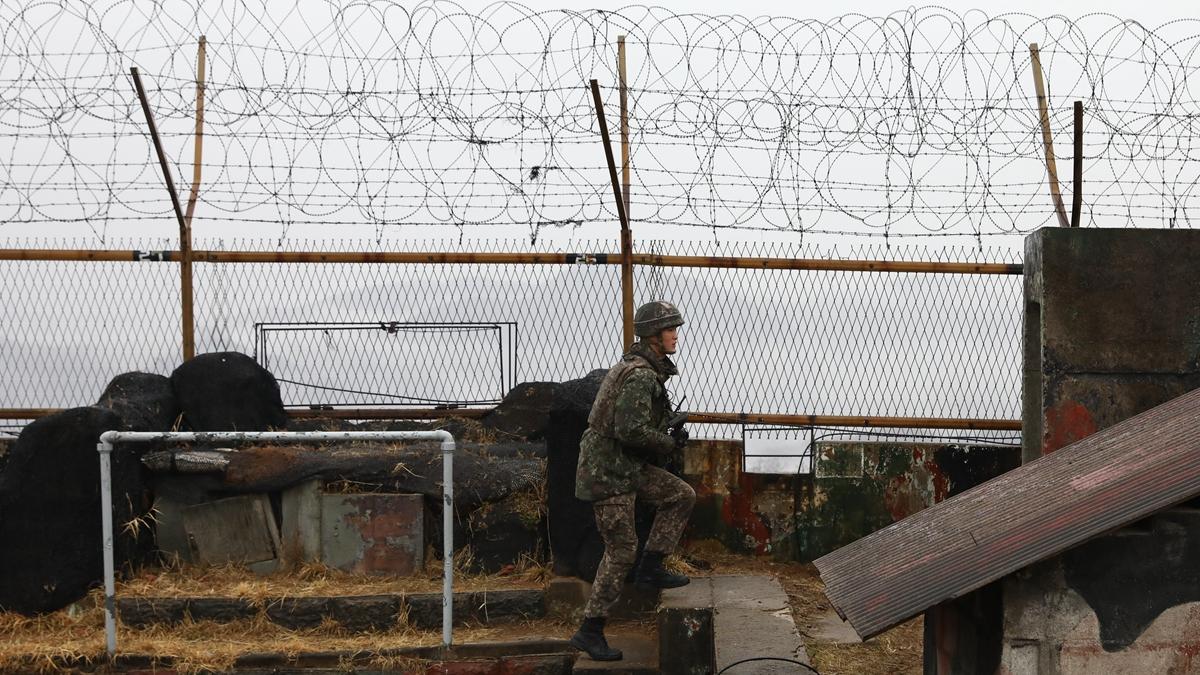 一名北韓獄警持槍帶女囚摸黑偷渡圖們江,成功經中國逃亡。示意圖(Chung Sung-Jun/Getty Images)