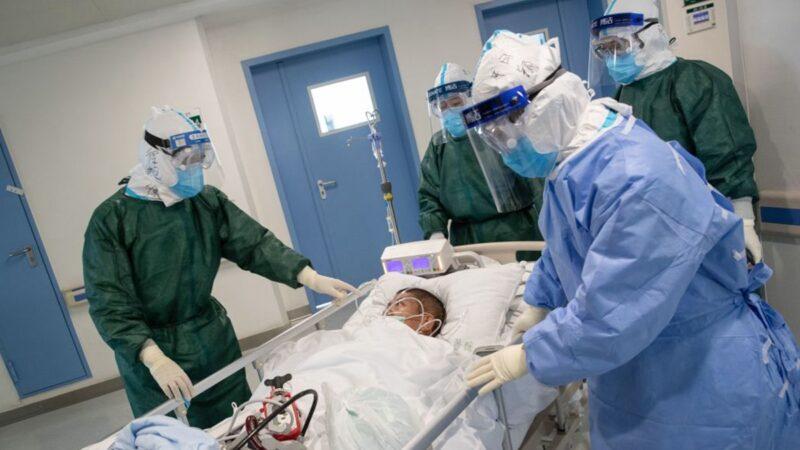武漢醫護人員轉移一名感染新冠肺炎病毒的患者。(STR/AFP via Getty Images)