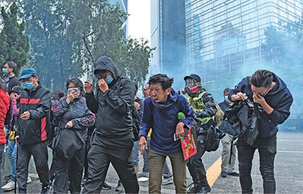 圖為1月19日大批市民參加「全球圍堵中共 天下制裁」集會,警方在中環遮打花園外圍,向密集的人群施放催淚彈。(PHILIP FONG/AFP via Getty Images)