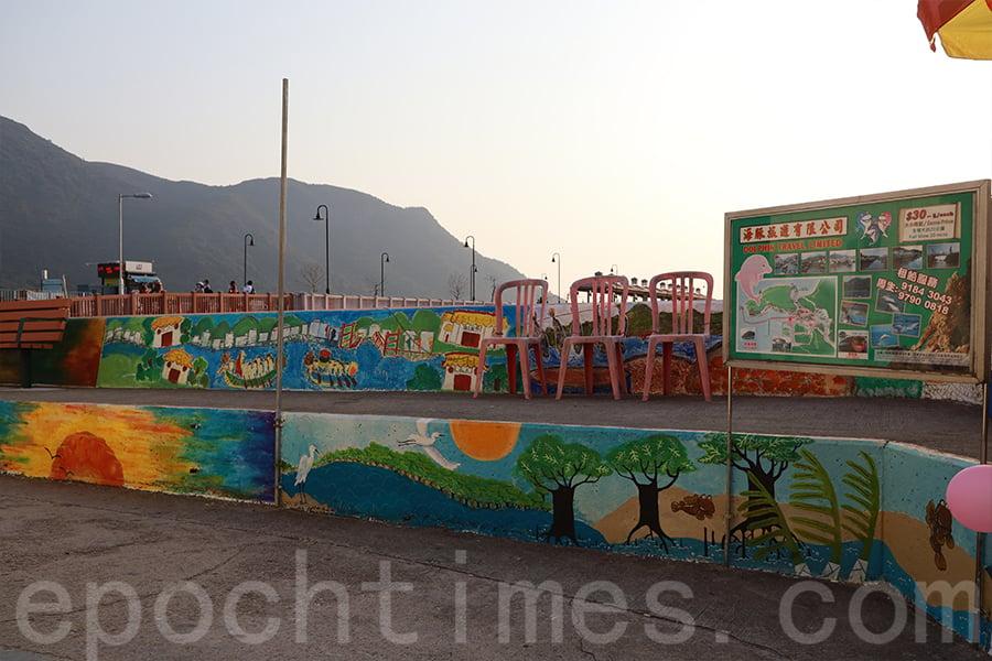 巴士總站對出海傍的壁畫作品。(陳仲明/大紀元)