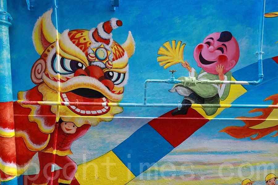 舞獅與大頭佛一亮相,便帶出歡樂氣氛。(陳仲明/大紀元)