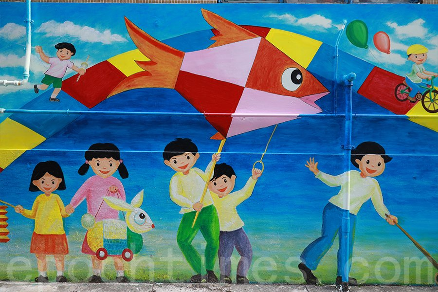 中秋節期間,孩子們舉起花燈玩耍,快樂洋溢在他們的臉上。(陳仲明/大紀元)
