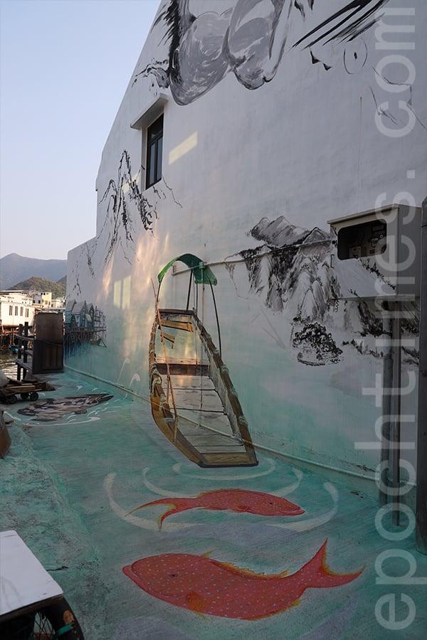 位於大澳文化協會的3D立體壁畫,參觀者可以安坐於漁船中,靜靜凝望兩條魚所組成的太極圖,體會當中的玄機。(陳仲明/大紀元)