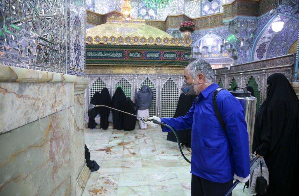 伊朗醫生曝光多地防疫失控。圖為防疫人員對伊朗一宗教場所進行消毒。(MEHDI MARIZAD/FARS NEWS AGENCY/AFP via Getty Images)