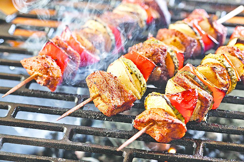 烤肉最好能加蔬菜一起烤,吃起來較清爽且低熱量。