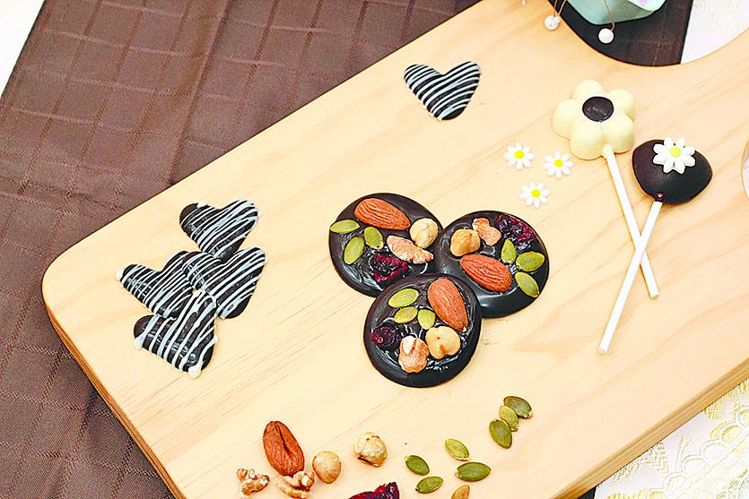 Mendiant是源自法國的傳統朱古力甜點,在朱古力上以不同的果乾和堅果妝點。
