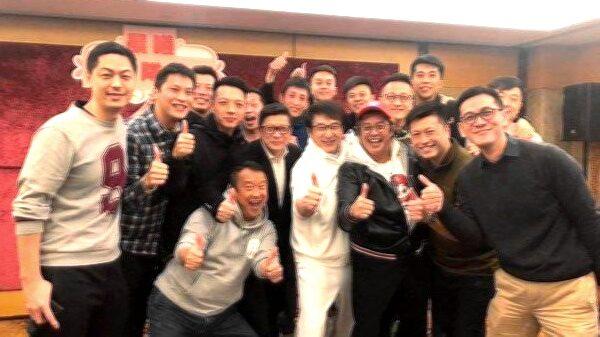 成龍參與港警聚餐。(影片截圖)