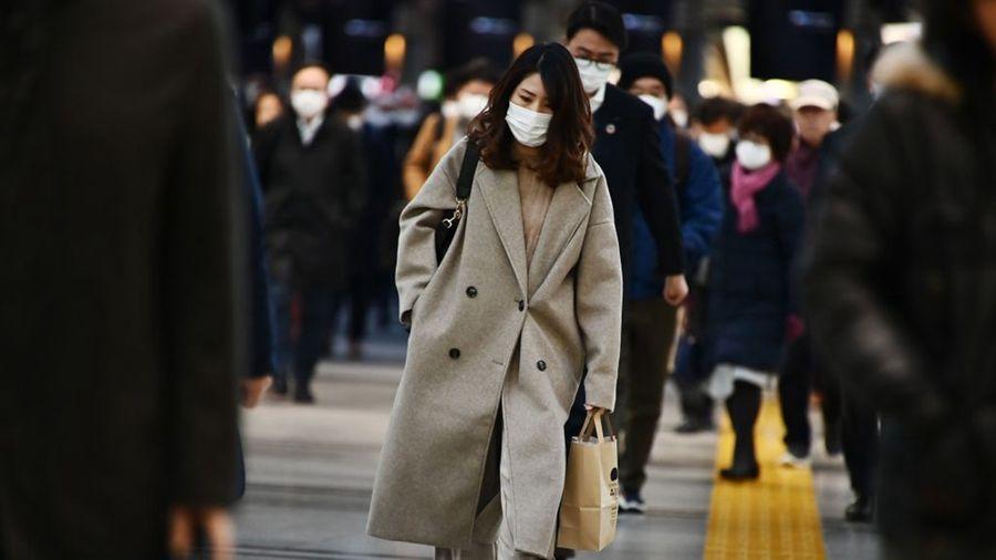 受中共肺炎疫情影響,日本民眾普遍戴著口罩出門。(CHARLY TRIBALLEAU/AFP via Getty Images)