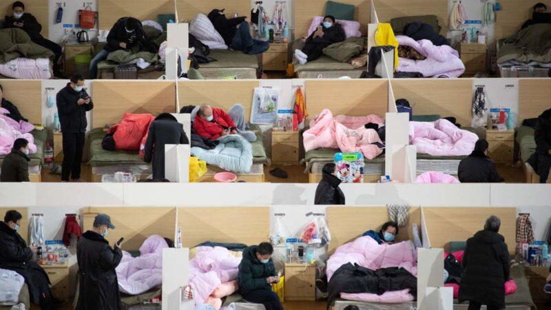 一線醫生斥責當局對疫情病人康複數字造假。圖為武漢方艙醫院。(STR/AFP via Getty Images)