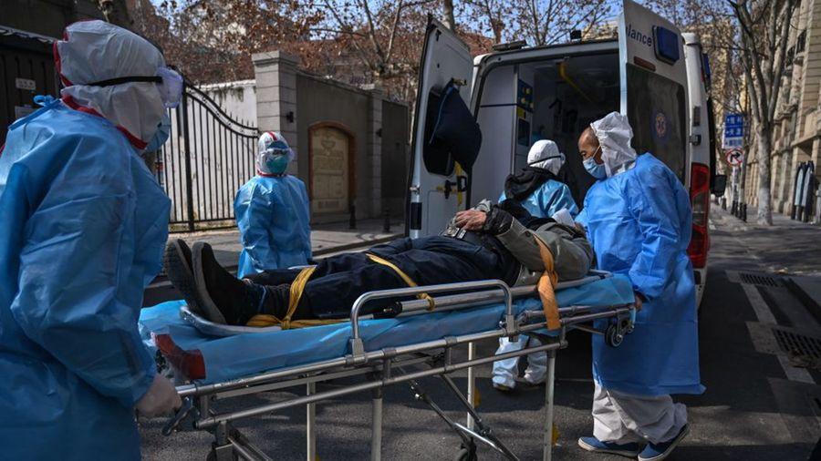 圖為武漢醫護人員收治一名中共肺炎疫情患者。(HECTOR RETAMAL/AFP via Getty Images)