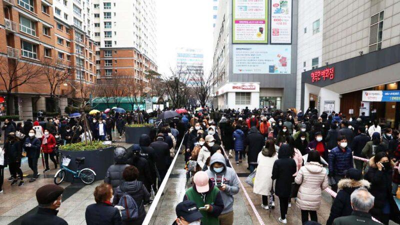 南韓中共肺炎疫情至29日上午已奪16命,總統文在寅因致贈中國口罩、對中國旅客開放邊界之舉飽受抨擊。圖為南韓民眾排隊購買口罩形成長長人龍。(Chung Sung-Jun/Getty Images