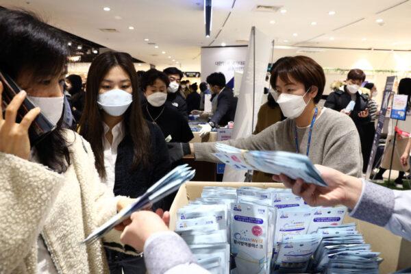 南韓中共肺炎疫情至29日上午已奪16命,總統文在寅因致贈中國口罩、對中國旅客開放邊界之舉飽受抨擊。圖為南韓民眾排隊購買口罩。(Chung Sung-Jun/Getty Images)