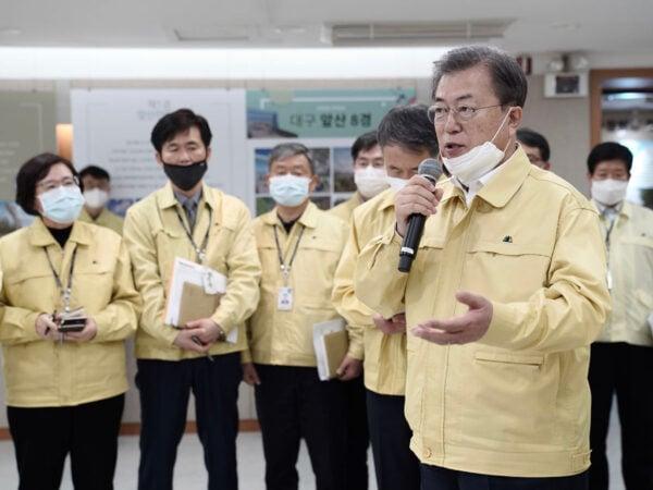 2020年2月25日,南韓總統文在寅訪問中共肺炎疫情嚴重的大邱市,在市政廳狀況室主持大邱地區特別對策會議。(South Korean Presidential Blue House via Getty Images)