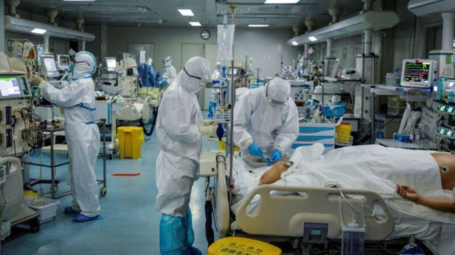 圖為武漢某醫院,醫護正在救治中共肺炎患者。(STR/AFP via Getty Images)