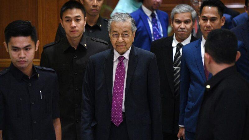 圖為,2020年2月27日,馬來西亞代理首相馬哈蒂爾出席一項經濟刺激計劃會議。(MOHD RASFAN/AFP via Getty Images)