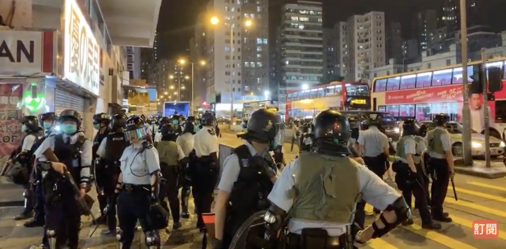 有網民發起29日晚到太子站鮮花舉行悼念活動。數十名防暴警到場,清理花壇、截查行人,之後與抗議市民發生衝突。(視頻截圖)