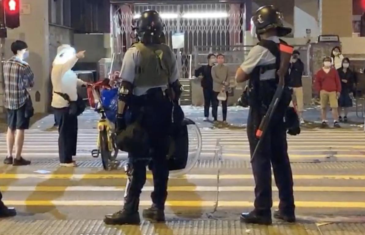 有民眾對警察的暴力清場表示不滿,警察以強光照射抗議市民。(視頻截圖)