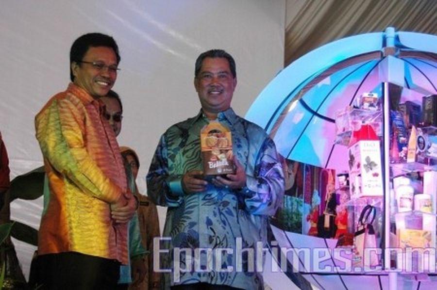 圖為時任馬來西亞副總理慕尤丁(右一)為「馬來西亞鄉村企業家嘉年華會」主持開幕。(徐長樂/大紀元)