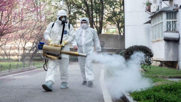 圖為武漢防疫人員在市區內消毒。(STR/AFP via Getty Images)