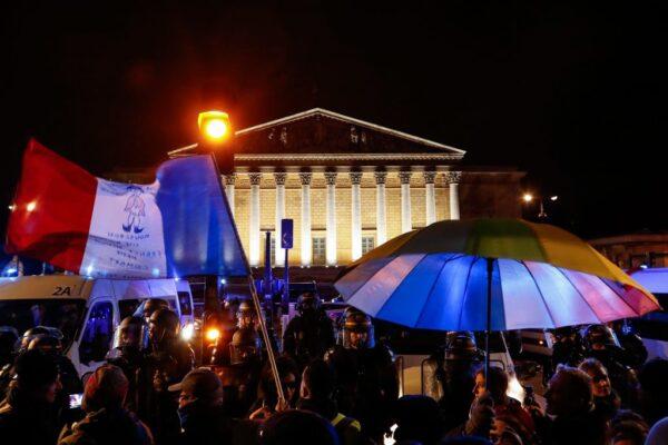 總理飛利浦則援引憲法條款,表示不需要國會辯論即可通過退休改革草案,引發民眾不滿,聚集在國民議會前抗議。(FRANCOIS GUILLOT/AFP via Getty Images)