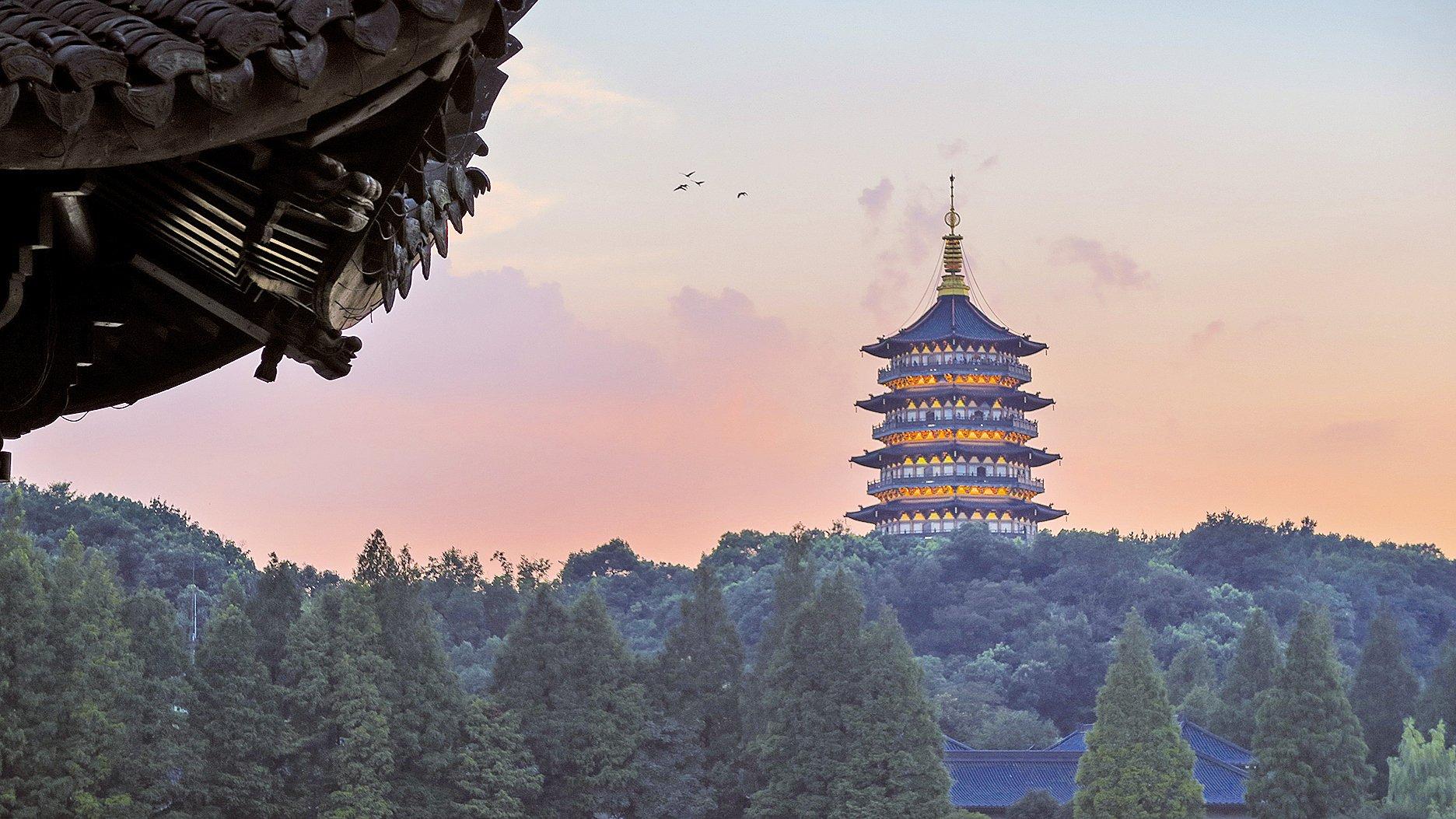 晚霞下的雷峰塔。(Yinweichen /維基百科)