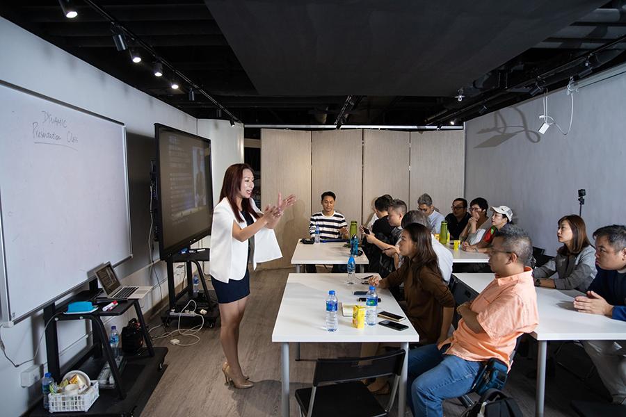 Sherry擔任公開演說班導師,分享自己多年的主持經驗,向學員介紹演說技巧。(受訪者提供)